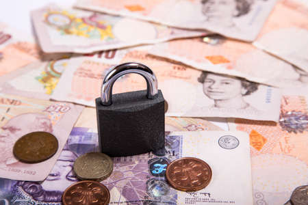 sterlina: A close-up photograph of Sterling currency and padlock