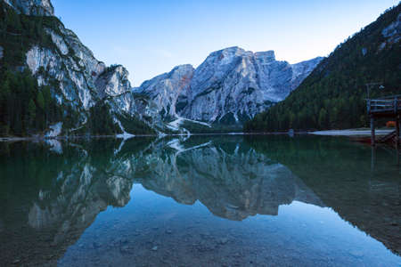 Braies Lake (Pragser Wildsee) in de Dolomieten bergen, Sudtirol, Italië
