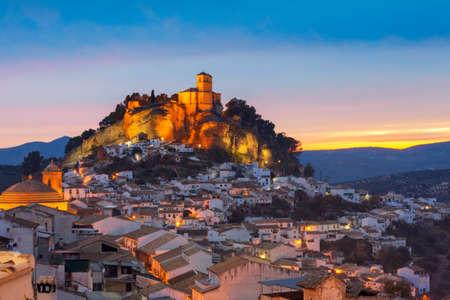 Blick über Montefrio in Granada, Spanien in Richtung der maurischen Burg auf dem Hügel. Standard-Bild - 72463699