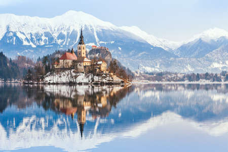 Lake Bled with St. Marys Church of the Assumption on the small island; Bled, Slovenia, Europe. Banque d'images
