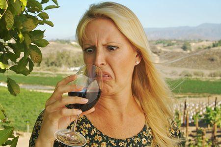 Mooie vrouw in een land wijnbereidingscoöperatie dragen zondag haar jurk op een zomerse dag. Blijkbaar de wijn niet zo goed daar.