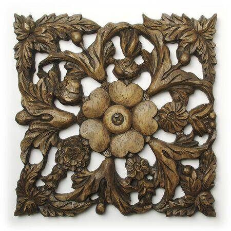 華やかな木彫りの白い背景の上の飾り