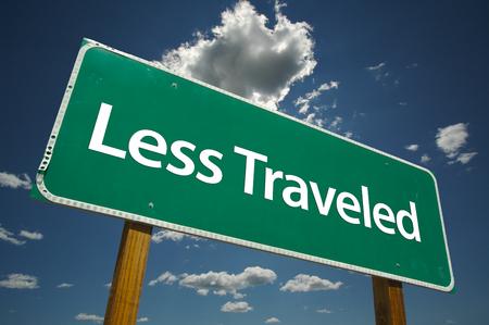 reiste: Weniger Reisen Stra�e Zeichen mit drastischen Wolken und Himmel. Lizenzfreie Bilder