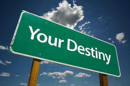 destin: Your Destiny panneau routier avec des cons�quences dramatiques des nuages et du ciel. Banque d'images