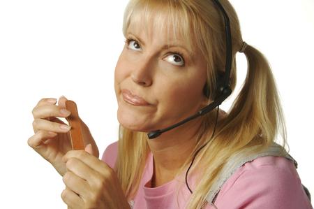 recepcionista: Un aburrido, evidentemente, apoyo al cliente ni�a ayudando a los clientes a la espera de que el reloj a 5:00 hit