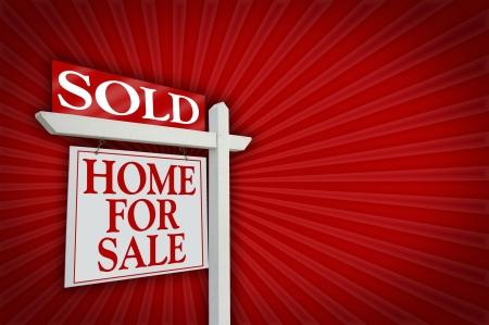 Verkocht Home For Sale tekenen Red Burst Achtergrond - Klaar voor je gewonnen boodschap aan de rechterkant.