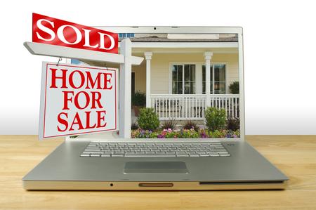판매 사인 & 노트북을위한 새로운 가정을위한 가정 판매 스톡 콘텐츠