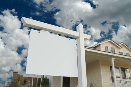 valor: Inmobiliaria firmar en blanco en frente de la hermosa casa nueva