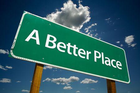 exceeding: A Better Place Road Sign dram�tica con cielo azul y las nubes.  Foto de archivo