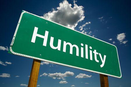 humildad: Humildad con Registrarse Road espectacular cielo azul y las nubes.