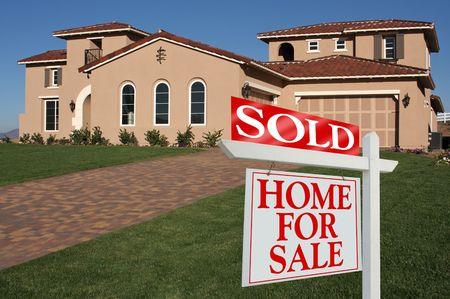 rental house: Se vende casa para firmar la venta delante de casa nueva  Foto de archivo