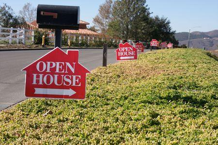 open huis: Open huis borden in een rij langs een plattelands straat. Stockfoto
