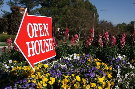 open huis: Open House Aanmelden bij sommige bloemen op een landelijke straat. Stockfoto