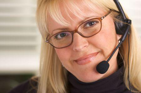 conversa: Atractivo conversaciones de negocios en su tel�fono auricular.