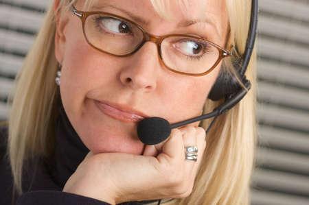 conversaciones: Atractivo conversaciones de negocios en su tel�fono auricular.