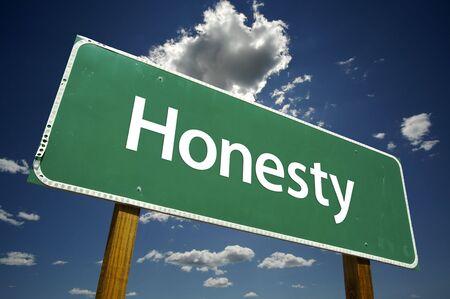 honestidad: Honestidad Road Sign dram�tica con las nubes y el cielo.