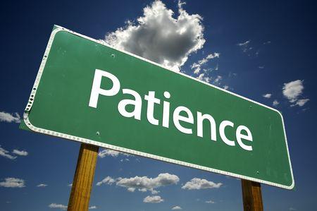 paciencia: La paciencia Road Sign dram�tica con las nubes y el cielo.  Foto de archivo