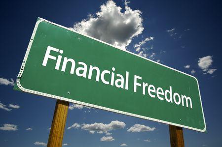 Financiële vrijheid Road teken met dramatische wolken en lucht ruim.