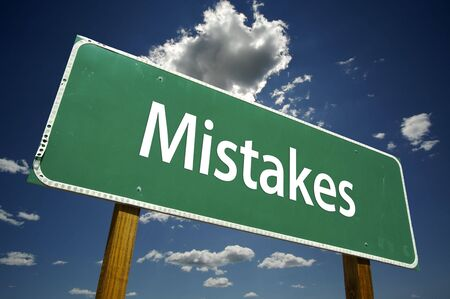 mistakes: Los errores Road Sign dram�tica con las nubes y el cielo.