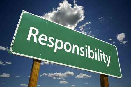 Verantwortung Schild mit dramatischen Wolken und Himmel. Standard-Bild