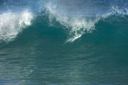 분명 아침에 극적인 Shorebreak 파도입니다. 스톡 콘텐츠