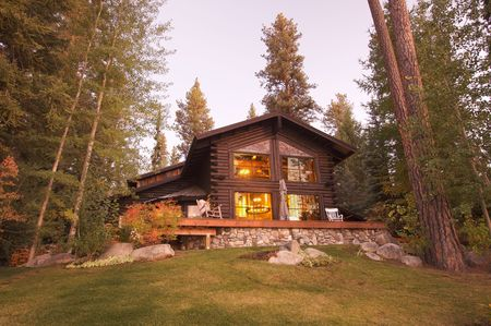 Schöne Log Cabin Exterieur Unter Pine Trees
