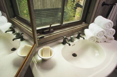 lavabo salle de bain: Rustique Bathroom Sink et Window