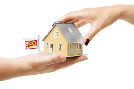 sold small: Per raggiungere una casa con Venduto Immobili Registrati isolato su uno sfondo bianco.
