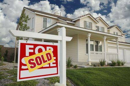 real estate sold: En Venta Vendido Inicio Registrarse delante de la Casa Nueva Foto de archivo