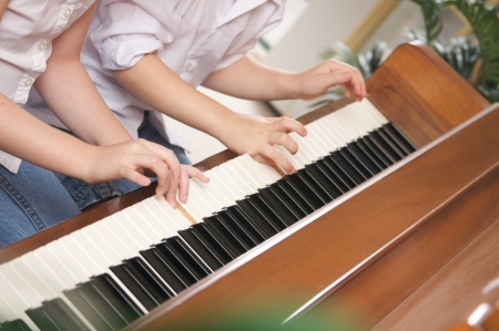 tocando el piano: Hermano y hermana tocando el piano, junto