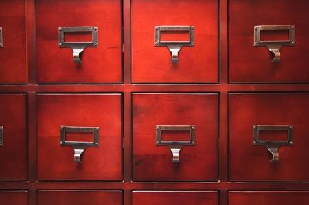 file cabinet: Tarjeta de madera lustrosa en el Archivo del Gabinete Dram�tico Luz
