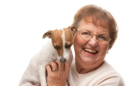 mujer perro: Feliz atractivas Superior Mujer con Puppy aislados sobre fondo blanco. Foto de archivo