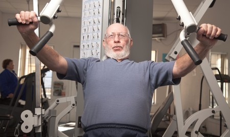 man working out: Superior de Trabajo de Adultos Hombre salida en el gimnasio.