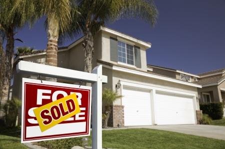 Rode Verkocht Te Koop Real Estate Log in Front of House. Stockfoto