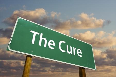 The Cure Zielony znak drogowy z dramatyczne chmury i niebo.