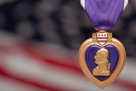 corazones azules: Coraz�n de p�rpura contra una bandera estadounidense borrosa. Foto de archivo