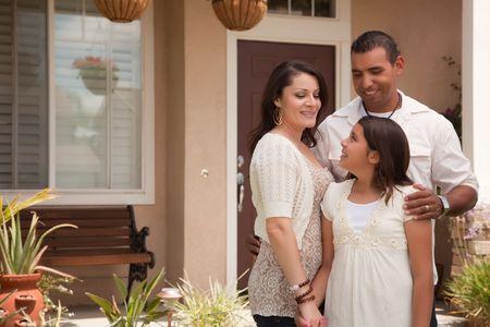 작은 히스패닉 어머니, 그들의 가정 앞에서 아버지와 딸.