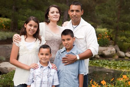 Happy Hispanic Familie Portret in het park.