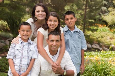 familia unida: Retrato de la Familia Hispana Feliz en el parque. Foto de archivo