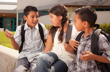 ni�os latinos: Cute Hermanos y hermanas de desgaste Mochilas Listo para la escuela. Foto de archivo