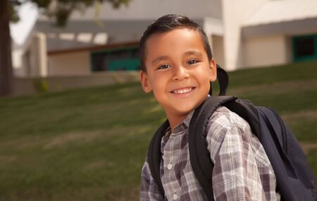 ni�os latinos: Feliz Pareja hispana con Chico Listo para Mochila Escolar. Foto de archivo