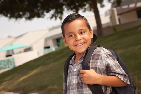 hispanic boy: Feliz Pareja hispana con Chico Listo para Mochila Escolar. Foto de archivo