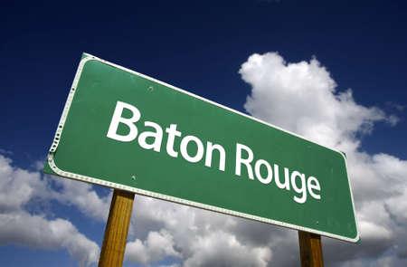 Baton Rouge Road Sign con el cielo azul espectacular y nubes - Capitales de Estado de EE.UU. de la serie.