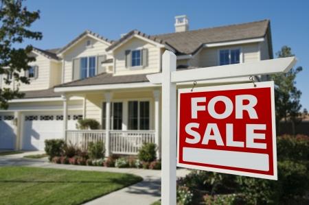 Huis voor verkoop teken in Front van New House.