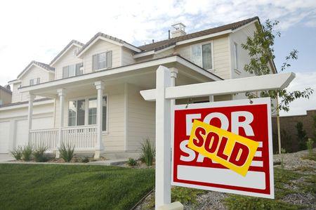 vendiendo: Vendi� el inicio para el signo de la venta en la parte frontal del Beautiful New House.