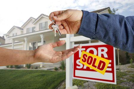real estate sold: Entrega m�s nuevas de las llaves de casa delante de una hermosa casa.