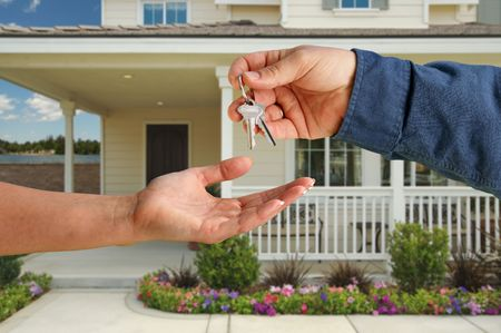 real estate sold: Entrega, Home, la m�s nuevas de las llaves de casa en frente de una bella. Foto de archivo