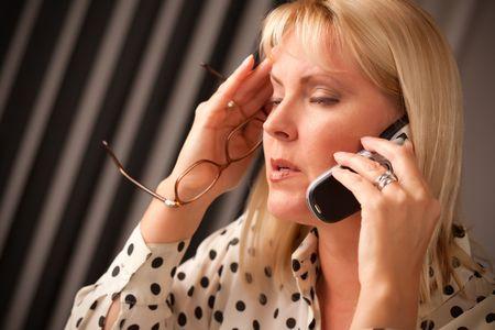 Femme blonde sur son téléphone portable avec stressés regard sur son visage. Banque d'images - 5925072