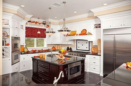 Intérieur de cuisine faite sur commande belle avec des décorations d'automne dans une nouvelle maison Banque d'images - 6001817