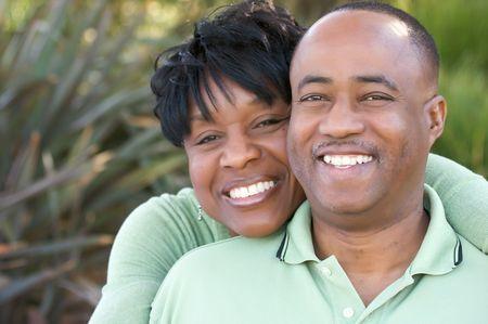 american african: Attraente e affettuoso afroamericano couple posa nel parco.  Archivio Fotografico